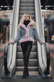 Blondes mädchen der schönheit im einkaufszentrum