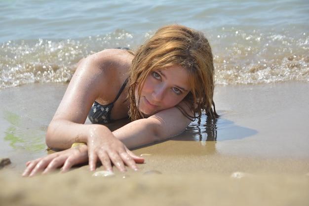 Blondes mädchen im urlaub am strand