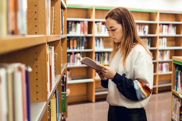Blondes mädchen in der bibliothek