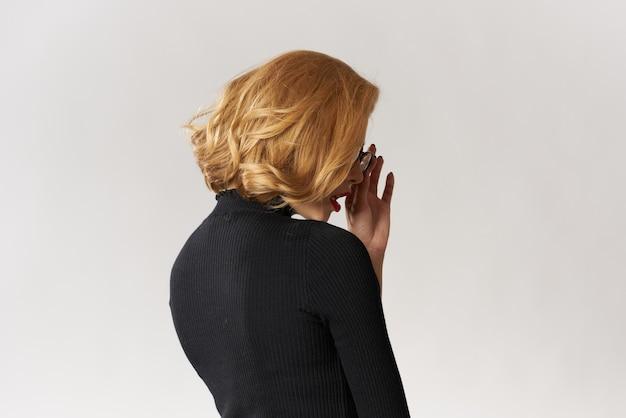 Blondes mädchen mit brille rote lippen schwarze bluse beschnitten ansicht glamour licht studio.