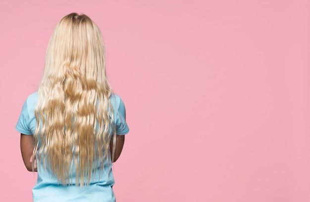Blondes mädchen mit exemplarplatz