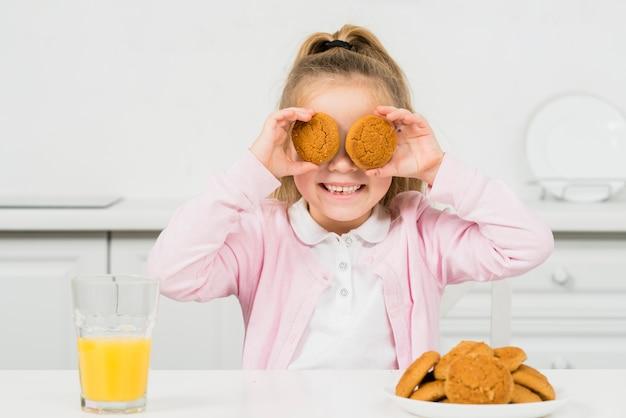Blondes mädchen mit keksen und saft