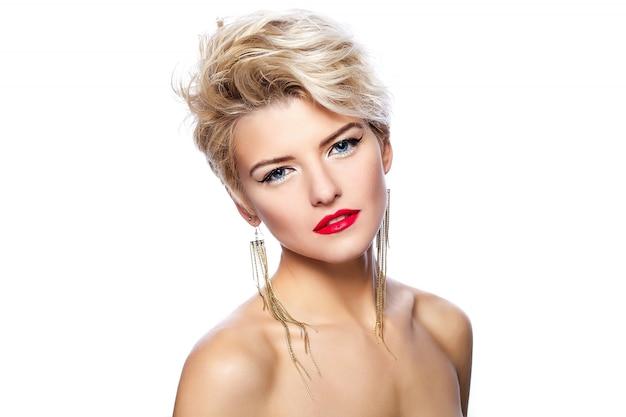 Blondes mädchen mit kurzen haaren und rotem lippenstift
