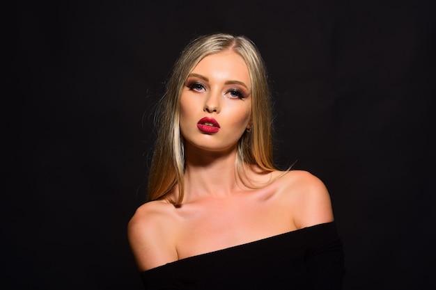 Blondes mädchen mit rotem lippenstift auf ihren lippen. schönheitsfrau mit glitzer-make-up, anhaltendem lipgloss.