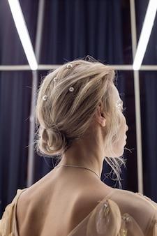 Blondes mädchen mit schöner frisur