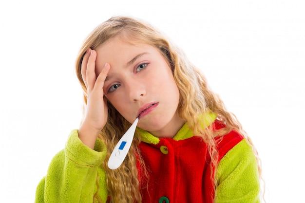 Blondes mädchen mit thermometer und grippe erkältung im pyjama