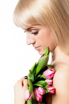 Blondes mädchen mit tulpenblumen