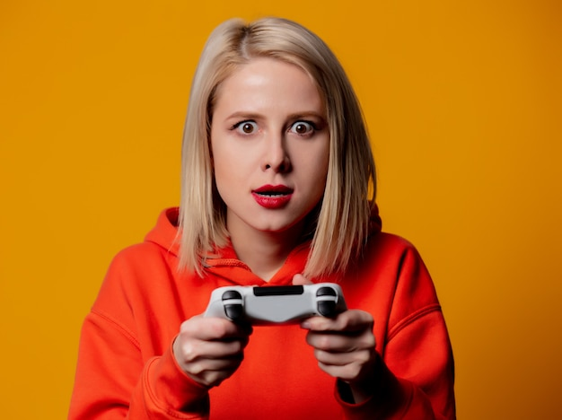 Blondes mädchen spielt mit einem joystick