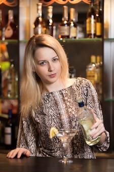 Blondes mädchen strömt martini