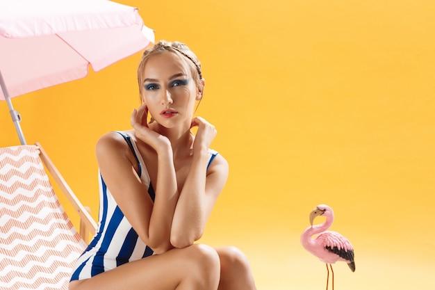 Blondes model mit cooler frisur und make-up, das gerade aussieht