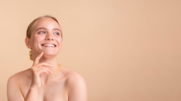 Blondes modell der nahaufnahme mit breitem lächeln und kopieraum