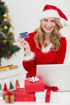 Blondes online kaufen mit laptop beim lächeln an der kamera
