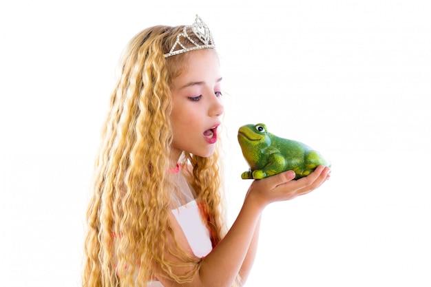 Blondes prinzessinmädchen, das eine froschgrünkröte küsst