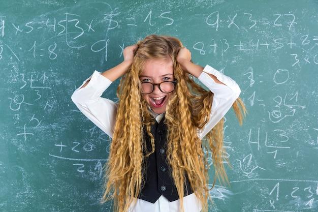 Blondes studentenmädchen-griffhaar des verrückten sonderlings überrascht