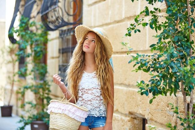 Blondes touristisches mädchen in der alten mittelmeerstadt