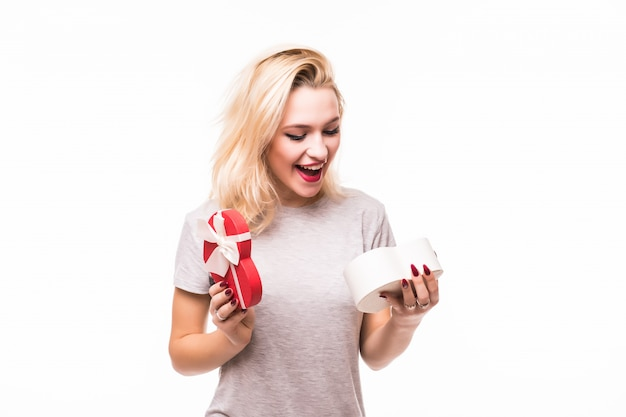 Blondie frau freut sich, ein reiches geschenk in einer geschenkbox zu finden