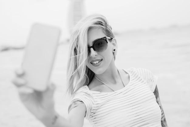 Blondie macht selfie, schwarzweiss-foto.
