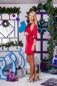 Blondine auf weiß weihnachtsschmuck auf der terrasse
