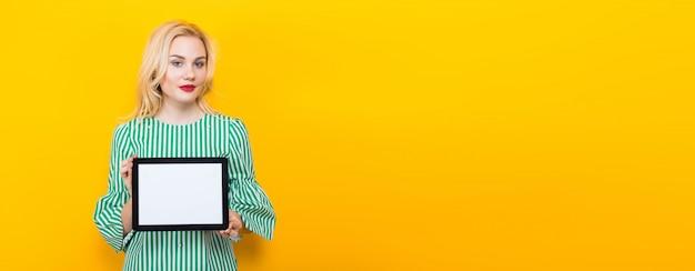 Blondine, die tablet-computer halten