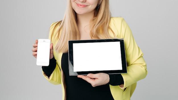 Blondine mit modernen geräten. gadgets. mit telefon