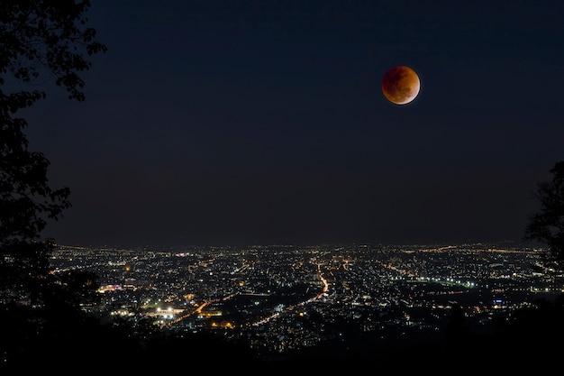 Blood moon in der mondfinsternis und auch ein blue moon und super moon
