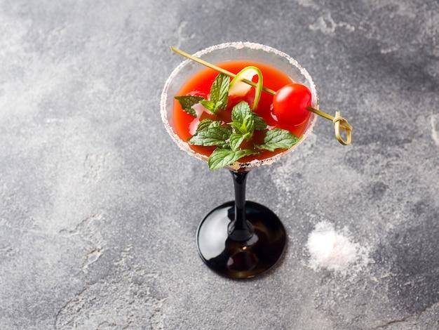 Bloody mary alcoholic cocktail mit reifen tomaten und minze.