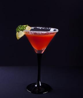 Bloody mary cocktail im glas. würziges getränk tomate bloody marys auf dem schwarzen hintergrund.