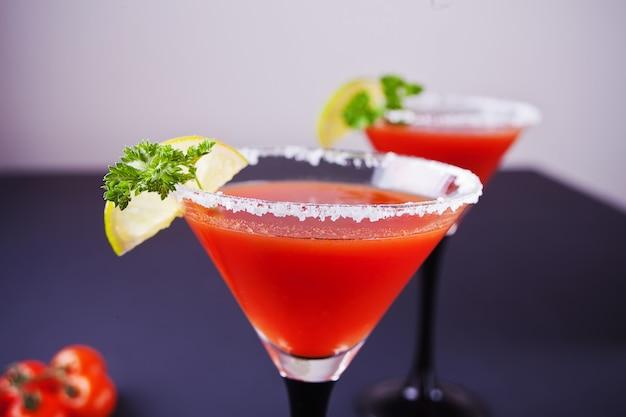 Bloody mary cocktail in gläsern. würziges getränk tomate bloody mary auf schwarzer tabelle.