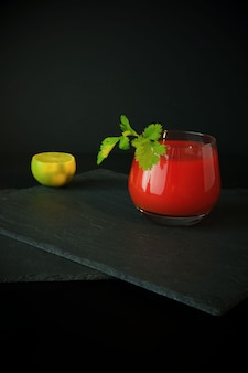 Bloody mary cocktail und limette