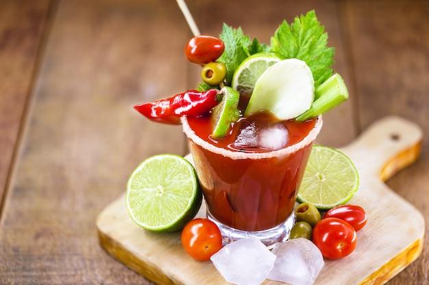 Bloody mary cocktail und zutaten, kopierraum