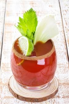 Bloody mary, ein cocktail aus wodka, tomatensaft, zitronensaft, sauce, tabasco und pfeffer