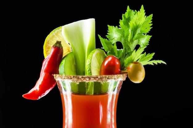 Bloody mary, ein cocktail aus wodka, tomatensaft, zitronensaft, worcestershire-sauce und pfeffer
