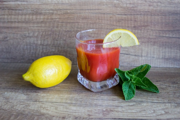 Bloody mary erfrischungscocktail, sommercocktail. tomatensaft mit zitrone und minze