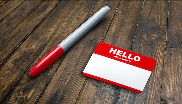 Blue hello my name is tag und stift auf dem tisch mit textfreiraum
