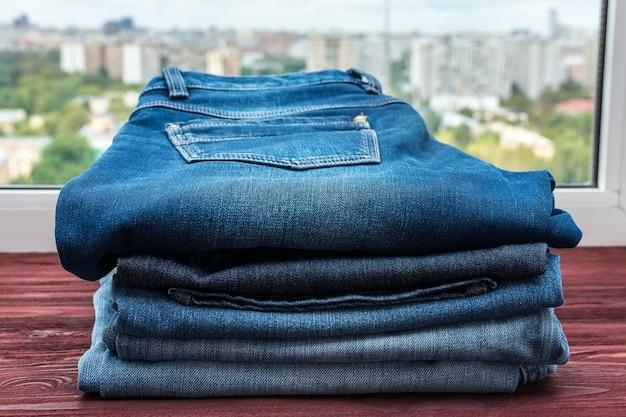 Blue jeans auf einem roten hintergrund