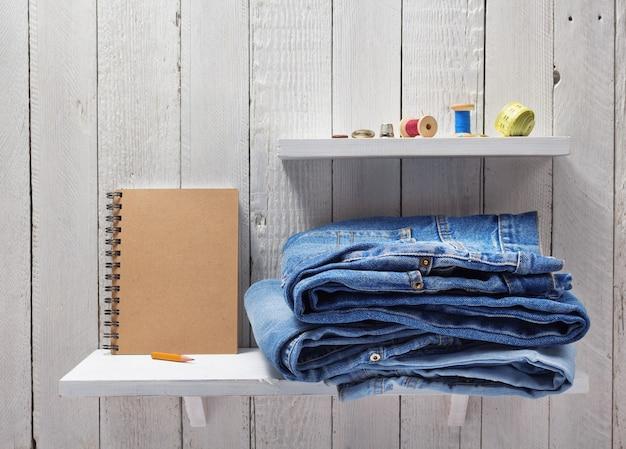 Blue jeans auf holzregalhintergrund
