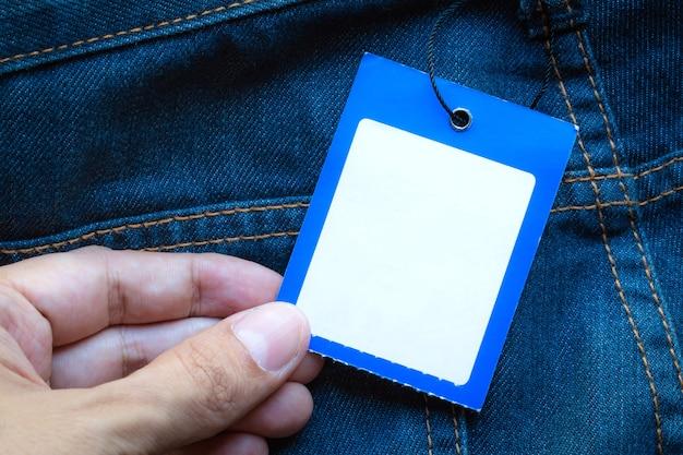 Blue jeans-detail mit leeren tag des handgriffs