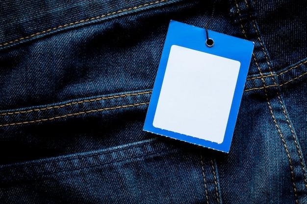 Blue jeans-detail mit leeren tag