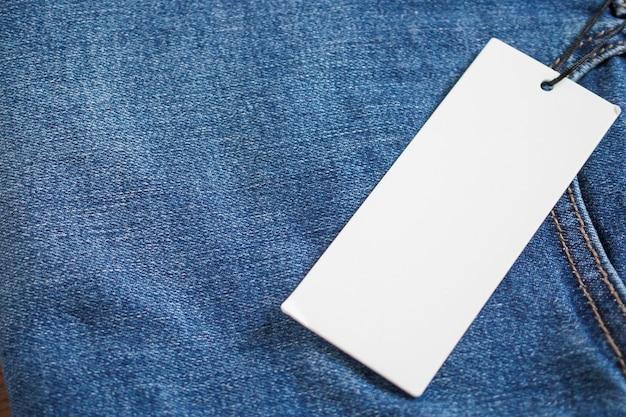 Blue jeans mit leerem weißen preisschild