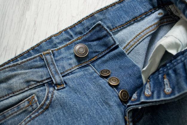 Blue jeans, nahaufnahme. holzuntergrund. modisches konzept