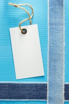 Blue jeans textur auf holzhintergrund