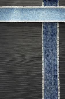 Blue jeans textur auf holzuntergrund