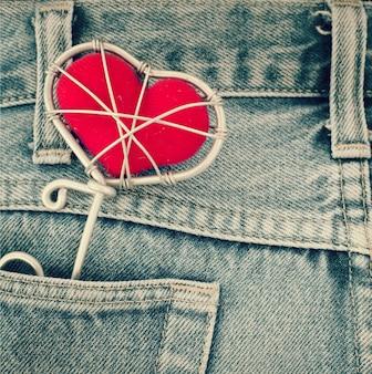 Blue jeans textur tasche und rotes herz, liebe und valentine konzept (vintage farbton)