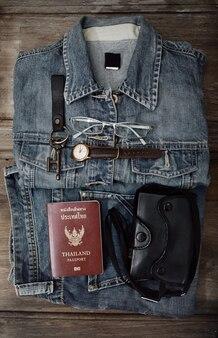 Blue jeans und accessoires. draufsicht auf das wesentliche des menschen zum reisen.