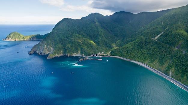 Blue sea, hohe berge, klarer himmel shoot mit unbemannten flugzeugen.
