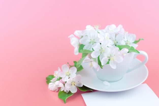 Blühende blumen des weißen frühlingsapfel-baums in einer schale