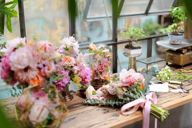 Blühende blumendekoration in einem blumenladen