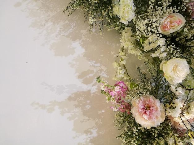 Blühende empfindliche rosen und orchidee der flora auf festlichem hintergrund der blühenden blumen