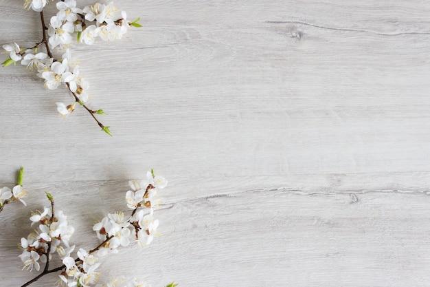 Blühende kirsche des zweigs auf einem hölzernen