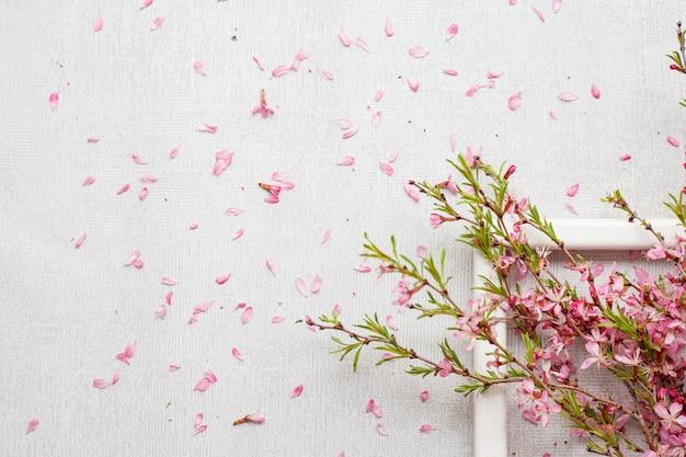 Blühende rosafarbene zweige auf grau